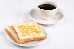 与蜂蜜顶部和咖啡的切的面包 库存照片