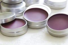 与蜂蜡的紫色唇膏 库存图片
