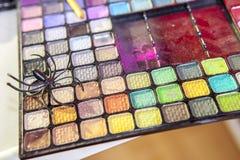 与蜘蛛玩具的专业眼影膏盒 免版税图库摄影