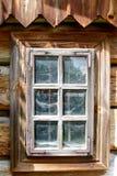 与蜘蛛网的木窗口在玻璃后。传统村庄,波兰 免版税图库摄影