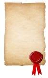 与蜡封印的老被隔绝的纸和丝带 免版税库存图片