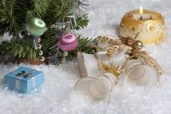 与蜡烛、响铃、礼物和聚焦的圣诞节静物画在背景中 库存图片