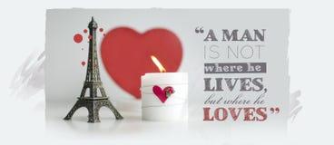 与蜡烛、壁炉边和艾菲尔铁塔Souv的情人节行情 库存图片