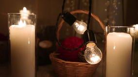 与蜡烛、桦树日志、电灯泡诗歌选、锥体和杉树的美丽的圣诞节冬天婚礼订婚仪式装饰 股票视频