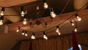 与蜡烛、桦树日志、电灯泡诗歌选和冷杉的美好的圣诞节冬天婚礼订婚仪式装饰编辑 影视素材