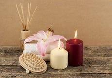 与蜡烛、温泉毛巾和按摩刷子的美好的构成在木背景 免版税库存图片