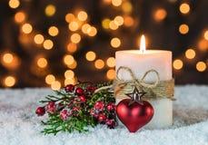 与蜡烛、红色心脏和光背景的浪漫圣诞节装饰 库存照片