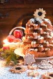 与蜡烛光的圣诞树Pandoro 图库摄影