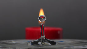 水与蜡烛反射的飞溅小滴 免版税库存照片