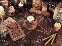 与蜡烛和占卜用的纸牌的可怕静物画 免版税库存图片