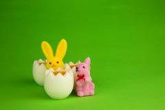 与蜡烛和小雕象兔宝宝的复活节装饰 免版税库存照片