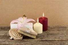 与蜡烛和按摩刷子的美好的构成在木背景 库存照片