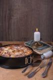 与蜡烛和旧书的苹果饼 免版税库存照片