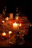 与蜡烛和板材的欢乐构成 装饰餐巾牌照表 一个美好的桌设置,红色桌布,在笼子的桌布 免版税库存照片