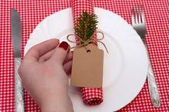 与蜡烛和板材的欢乐构成 装饰餐巾牌照表 一张美丽的桌,一张红色桌布,在箱子的一张桌布 Christm 免版税库存照片