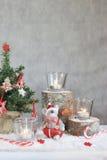 与蜡烛和树的圣诞节灰色背景 库存照片