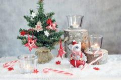 与蜡烛和树的圣诞节灰色背景 免版税库存图片