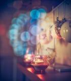 与蜡烛和欢乐bokeh照明设备的舒适圣诞节装饰 免版税库存图片