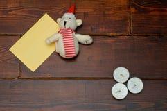 与蜡烛和熊的黄色信封 免版税库存图片