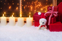 与蜡烛和礼物的女用连杉衬裤 库存图片
