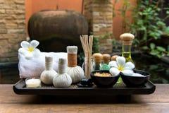 与蜡烛和羽毛花的泰国温泉构成治疗芳香疗法在木桌关闭 免版税库存图片