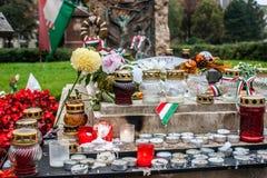 与蜡烛和花的坟茔其中一个1956年10月的匈牙利革命的受害者 免版税库存图片
