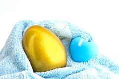 与蜡烛的金黄复活节彩蛋 库存图片