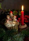 与蜡烛和雕象的圣诞树装饰 免版税库存照片
