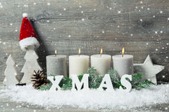 与蜡烛和雪花的背景圣诞节的 库存照片