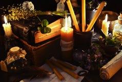 与蜡烛和魔术对象的万圣夜背景 免版税库存照片