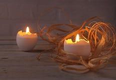 与蜡烛和鸡蛋的土气构成 愉快的复活节 选择聚焦 免版税库存照片