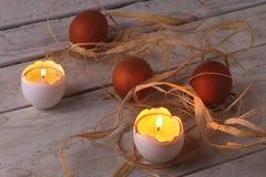 与蜡烛和鸡蛋的土气构成 愉快的复活节 选择聚焦 库存照片