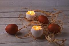 与蜡烛和鸡蛋的土气构成 愉快的复活节 选择聚焦 免版税库存图片