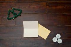 与蜡烛和贺卡的圣诞树 免版税库存照片