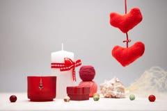 与蜡烛和heartshapes的背景。 免版税库存图片