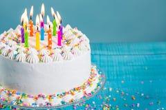 与蜡烛的五颜六色的生日蛋糕 免版税库存照片