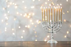 与蜡烛的光明节menorah在桌上