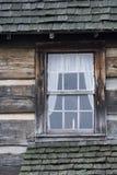 与蜡烛的原木小屋窗口 库存图片