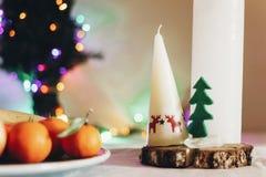 与蜡烛的圣诞节土气桌与驯鹿和毛毡树 免版税库存照片