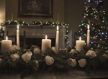 与蜡烛的圣诞节桌植物布置 库存照片