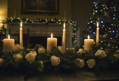 与蜡烛的圣诞节桌植物布置 免版税库存照片