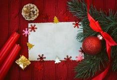 与蜡烛的圣诞节红色被编织的背景 库存图片