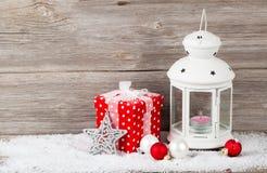 与蜡烛的圣诞节装饰在灯笼 免版税库存图片