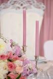与蜡烛的婚礼桌,花和标志编号 免版税图库摄影