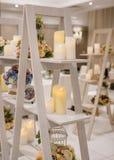 与蜡烛的室内装饰 库存照片