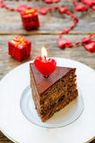 与蜡烛的巧克力蛋糕以心脏的形式 图库摄影