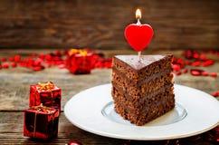 与蜡烛的巧克力蛋糕以心脏的形式 免版税库存图片