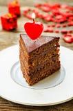 与蜡烛的巧克力蛋糕以心脏的形式 库存照片