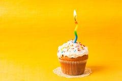 与蜡烛的杯形蛋糕 免版税库存照片