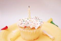 与蜡烛的杯形蛋糕 免版税图库摄影